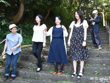 撮影予定地の今山の参道を訪れた(手前右から)工藤、安藤、石山さんら