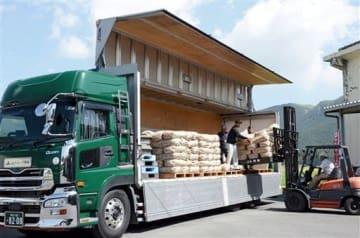 検査を終え、次々とトラックに積み込まれる阿蘇地方の新米コシヒカリ=阿蘇市
