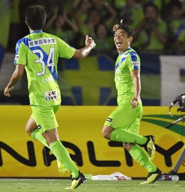 湘南―C大阪 後半、ゴールを決め喜ぶ湘南・梅崎(右)=BMWスタジアム