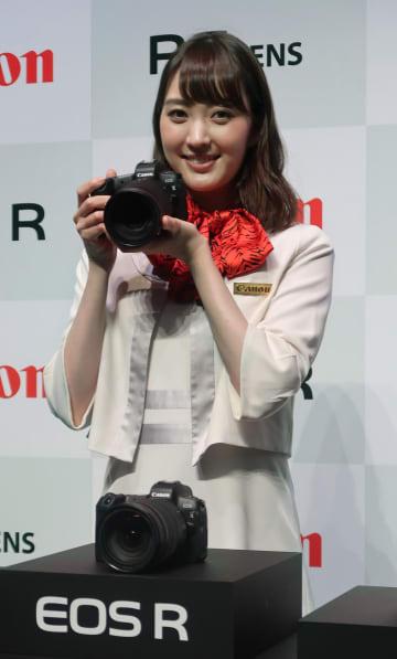 キヤノンのミラーレス一眼カメラの新製品「EOS R」=5日、東京都港区