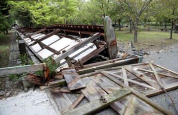 約100メートルにわたってなぎ倒された二条城の塀(5日午前11時5分、京都市中京区)