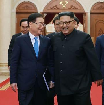 5日、平壌で金正恩朝鮮労働党委員長(右)と会談した韓国の鄭義溶・大統領府国家安保室長ら特使団(韓国大統領府提供・共同)