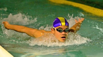 練習で力強い泳ぎを見せる松井理宇