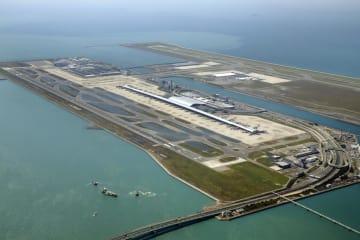台風21号による高潮で浸水し、誘導路などに水が残る関西空港。手前はタンカーが衝突した連絡橋=5日午後(共同通信社機から)