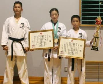 (左から)小出石晶代表、3位入賞の武田陽花さん、優勝した凌君=宇佐市柳ケ浦小学校体育館