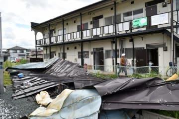台風21号の強風で屋根が破損したアパート=5日午前、盛岡市神子田町