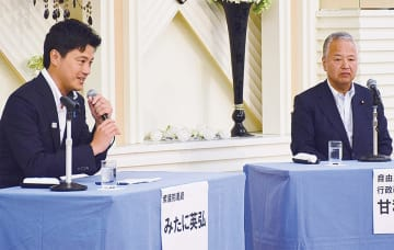 甘利氏と対談する三谷氏(左)