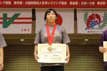 1年生チャンピオンに輝いた花井瑛絵(至学館大)だが、笑顔のない表彰式