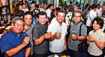 仕事帰りに樽生ビールを楽しむ会社員ら=5日午後、那覇市久茂地・タイムスビル