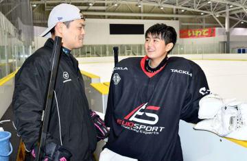 盛岡市・みちのくコカ・コーラボトリングリンクで、父光さんに14歳以下日本代表への決意を語る福田奈生さん(右)