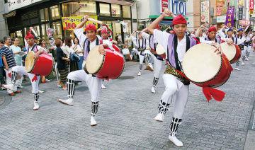 街中を会場にエイサーの演舞が行われる=昨年の様子(提供写真)