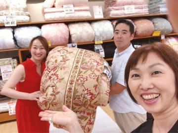 「ショコラショコラ」美容家三木真紀子さん、「ふとんのタテノ」立野健児さん、そして篤子。