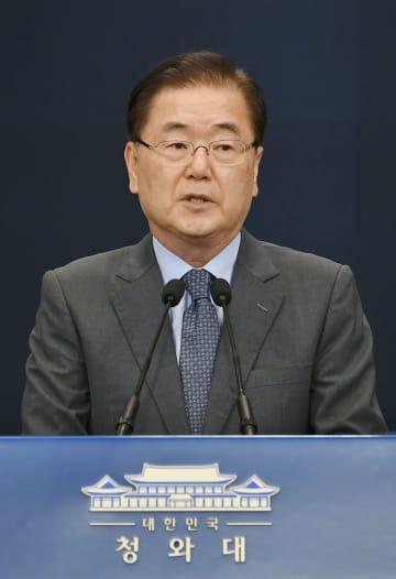 6日、ソウルの韓国大統領府で記者会見する鄭義溶・大統領府国家安保室長(共同)