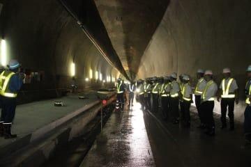 新長崎トンネルを視察する暴力団等排除対策協議会のメンバー=長崎市現川町