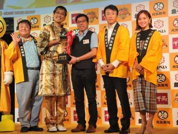 結果発表後、写真撮影に応じる鈴木さん、法師人社長、ケーさん、ピコ太郎さん、彦摩呂さん(右から)=5日午後、東京都内