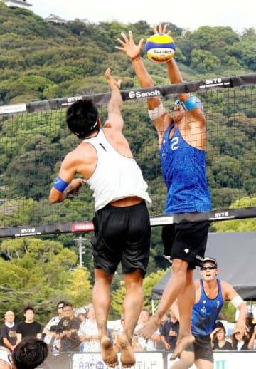 【男子決勝】相手のスパイクをブロックする長谷川(中央)。奥は庄司=松山城城山公園特設コート