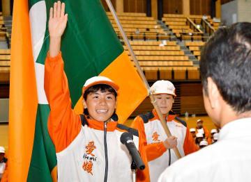 選手を代表して宣誓する平田美幸選手(左)と旗手の松木千晶選手(中央)=5日、県武道館