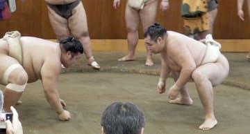 時津風部屋に出稽古に赴き、汗を流す鶴竜(右)=6日、東京都墨田区