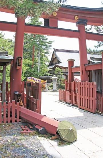 台風21号の影響で倒れた中鳥居の控え柱=9月5日、福井県敦賀市の気比神宮