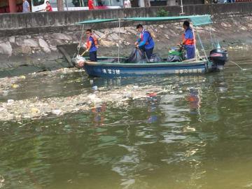 DSAMAによる海上浮遊ゴミの除去作業の様子(写真:DSAMA)