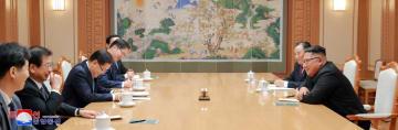5日、平壌の朝鮮労働党本部庁舎で韓国特使の鄭義溶・大統領府国家安保室長(左手前から3人目)らと会談する北朝鮮の金正恩朝鮮労働党委員長(右手前)(朝鮮通信=共同)