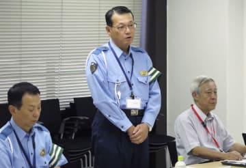 愛知県警本部で開かれた有識者委の初会合で、あいさつする県警の石川智之交通部長(中央)=6日