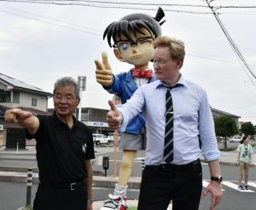 鳥取県北栄町を訪れ、松本昭夫町長(左)とコナン像の前でポーズをとるコナン・オブライエン氏=6日午後