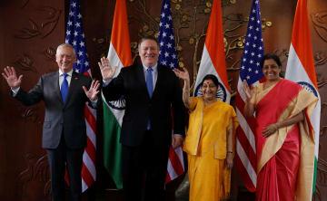 米印の外務・防衛閣僚協議(2プラス2)に出席した(左から)米国のマティス国防長官、ポンペオ国務長官、インドのスワラジ外相、シタラマン国防相=6日、ニューデリー(ロイター=共同)