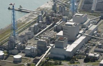 地震の影響で停止した北海道電力の苫東厚真火力発電所=6日午後0時21分、北海道厚真町(共同通信社機から)