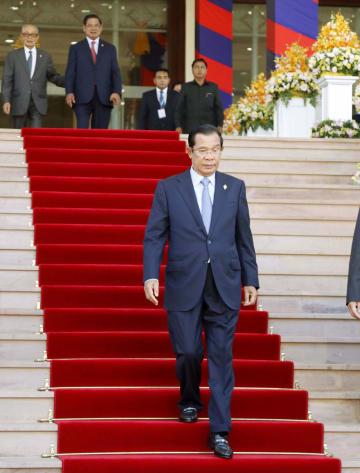 カンボジア下院を出るフン・セン首相=6日、プノンペン(共同)