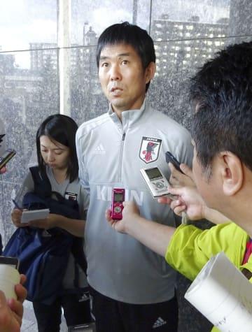地震の影響でチリ戦の中止が決まり、取材に応じる森保監督=6日、札幌市内