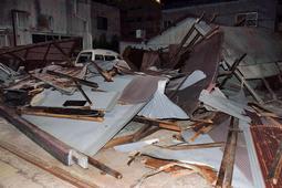 台風21号の強風で倒壊したみられる木造平屋建て倉庫=6日午後7時23分、神戸市長田区二葉町1(撮影・西竹唯太朗)