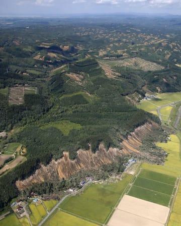 地震で大規模な土砂崩れが発生した北海道厚真町吉野地区(手前)=6日午後0時52分(共同通信社ヘリから)
