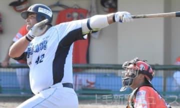 新潟―群馬 6回表群馬2死満塁、カラバイヨがこの日チーム3発目となる満塁本塁打を放つ=新潟県村上市荒川球場
