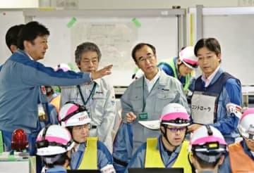 原発事故を想定した訓練で、東電の小早川智明社長(左端)から説明を受ける花角英世知事(右から2人目)=6日、柏崎刈羽原発