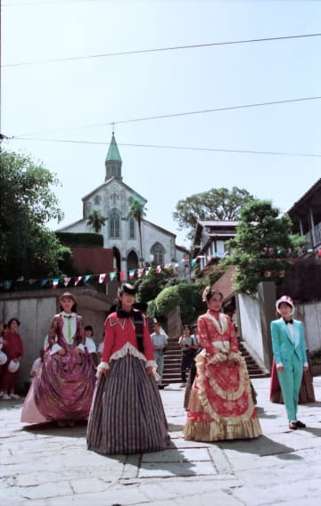 グラバー園まつり開幕を祝って繰り広げられた仮装パレード=長崎市南山手町=