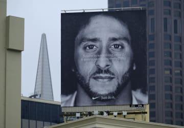ビルの屋上に掲げられた、コリン・キャパニック氏を起用したナイキの広告看板=5日、米サンフランシスコ(AP=共同)
