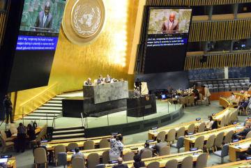 6日、国連本部で開かれた核実験の禁止を訴える国連総会の会合。講演しているのはCTBT機構準備委員会のゼルボ事務局長=ニューヨーク(共同)