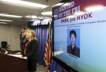 米ロサンゼルスで、北朝鮮のパク・ジンヒョク容疑者の訴追を発表する米司法当局幹部=6日(AP=共同)