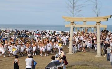男衆らに担がれた神輿は釣ケ崎海岸にある鳥居の下に集まってくる=昨年9月13日、一宮町