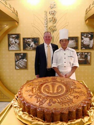 グランドリスボアマカオで展示される巨大月餅(写真:Grand Lisboa Hotel)