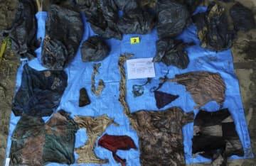 メキシコのベラクルス州で、多くの頭蓋骨が埋められていた場所で見つかった衣類=撮影日不明(ベラクルス州検察提供、AP=共同)