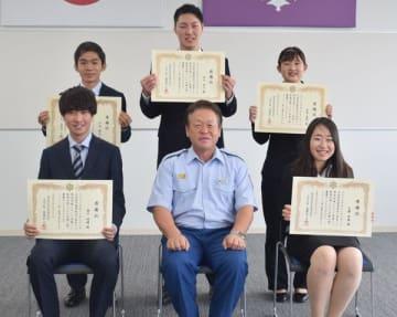 増渕消防署長(前列中央)と感謝状を手にする国福大生