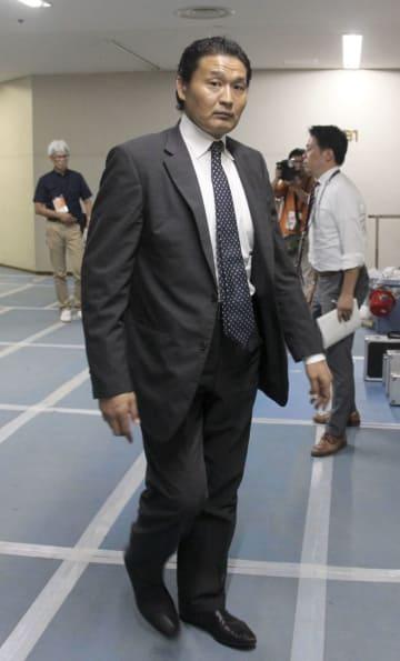 大相撲秋場所の取組編成会議を終え、会場から引き揚げる貴乃花親方=7日午前、東京・両国国技館
