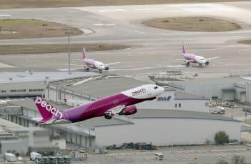 一部施設の運用を再開した関西空港で、離陸する再開第1便となるピーチ・アビエーションの新潟便=7日午前(共同通信社ヘリから)