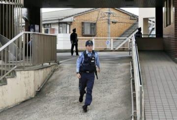 入院患者が殴られた松江記念病院で警戒する警察官=7日、松江市