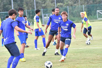 栃木戦を前にボール回しを練習するイレブン=徳島スポーツビレッジ