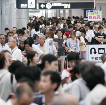 運航を再開した新千歳空港のカウンターに列を作る人たち=7日午後1時14分