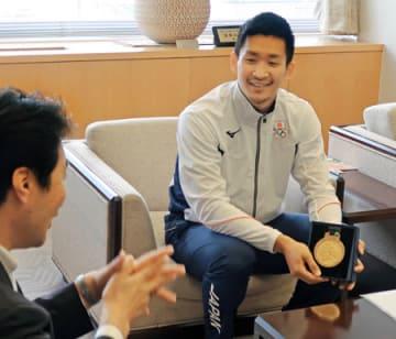 アジア大会の2連覇を笑顔で報告する荒賀選手(亀岡市安町・市役所)