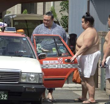 稽古を終え、タクシーに乗り込む横綱稀勢の里=7日午後、東京都江戸川区